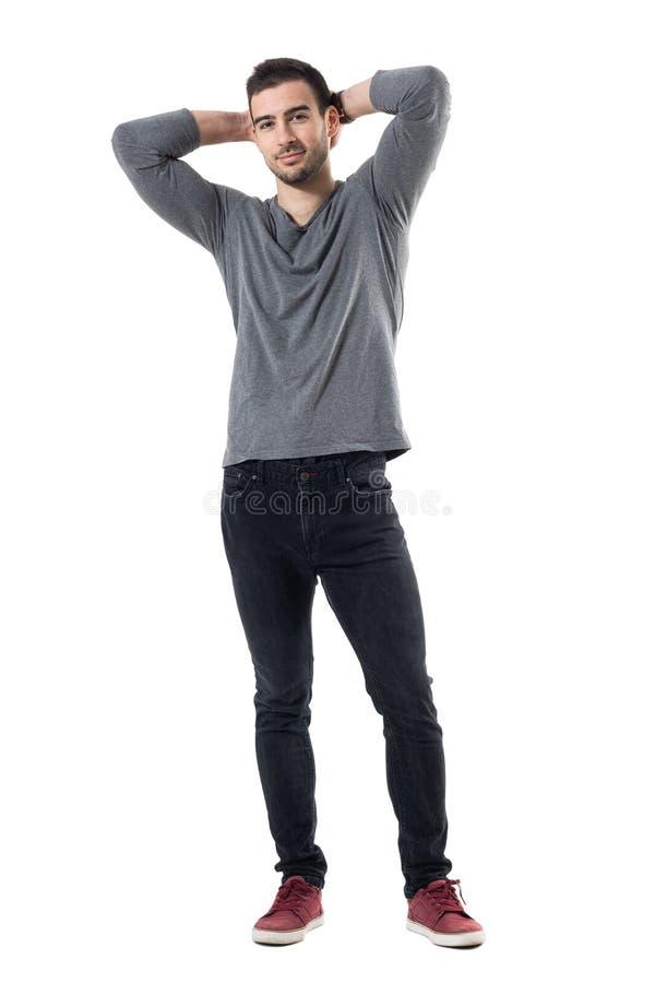 Przystojny uśmiechnięty moda model pozuje z rękami za głową obrazy royalty free