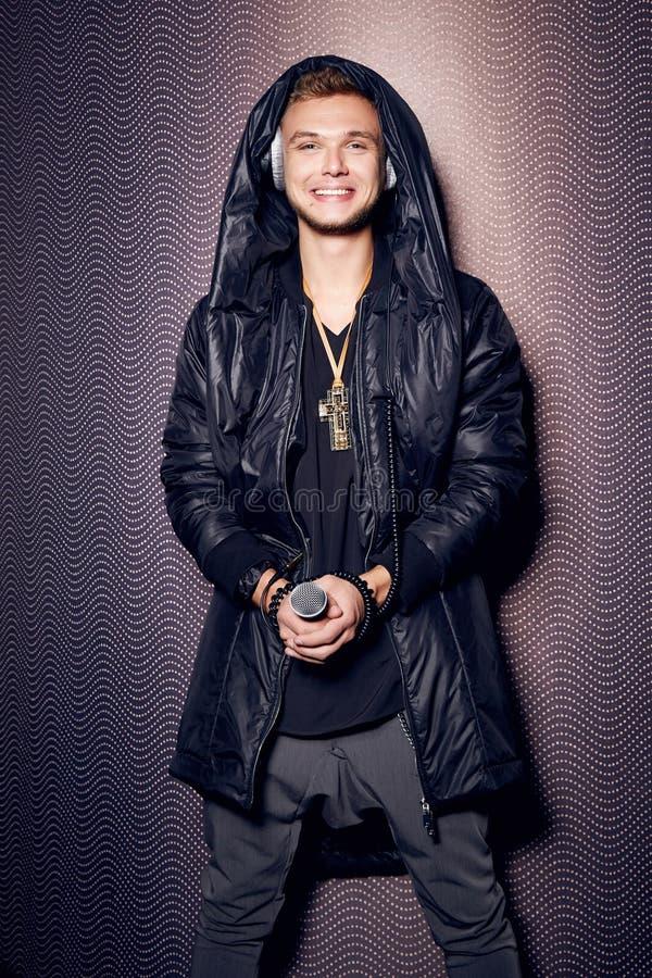 Przystojnych seksownych mężczyzna piosenkarza DJ hełmofonów elegancki modny przyjęcie obraz royalty free