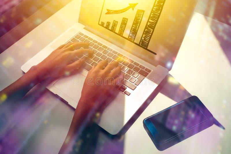 Przyszłość biznesowy pojęcie z bizneswomanem używa laptop, dwoisty ujawnienie obraz stock