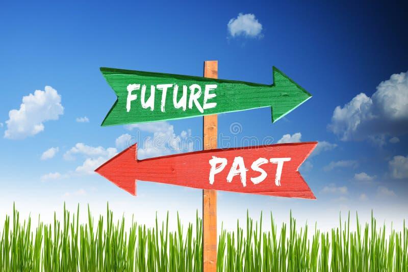 Przyszłość za versus dwa inny sposób z kierunkowskaz strzała fotografia stock