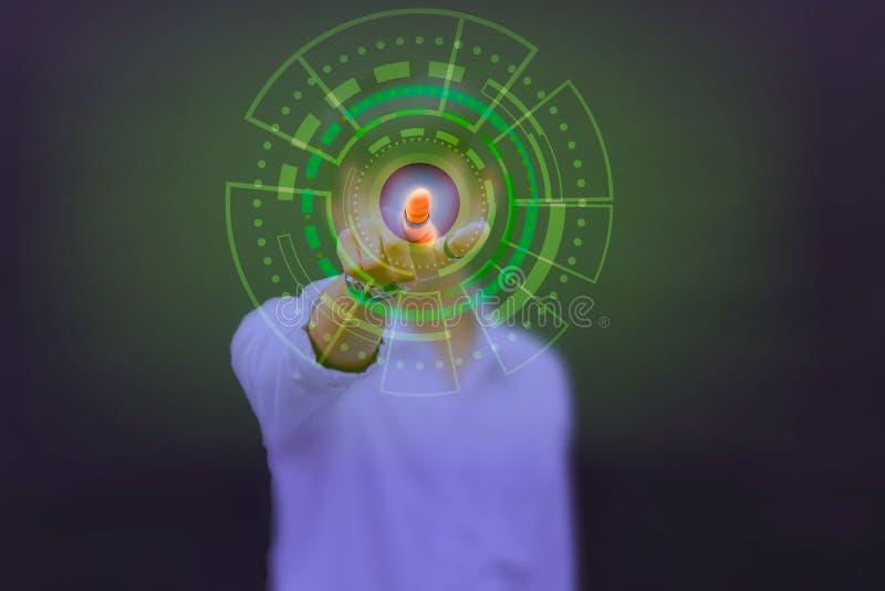 Przyszłościowego technologia biznesmena dotyka guzika interfejsu cyfrowy ekran na czarnej tła pojęcia interneta i komputeru przys royalty ilustracja