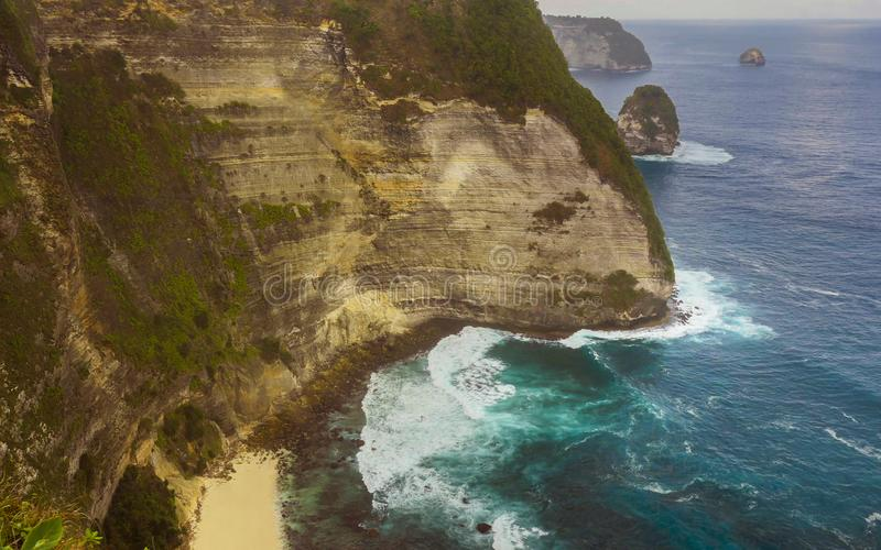 Przytłaczający sceniczny widok tropikalna wyspy linia brzegowa z rockową falezą i pustynia raju plażą uderza turkusowym woda mors fotografia royalty free