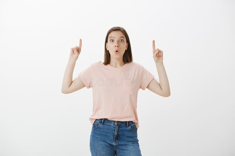 Przytłaczam imponował młodej dziewczyny w różowej koszulce i cajgach składa, wargi, no! no!, mówić podczas gdy podnoszący rękę i  fotografia royalty free