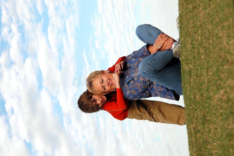 przytulanie babci zdjęcie stock