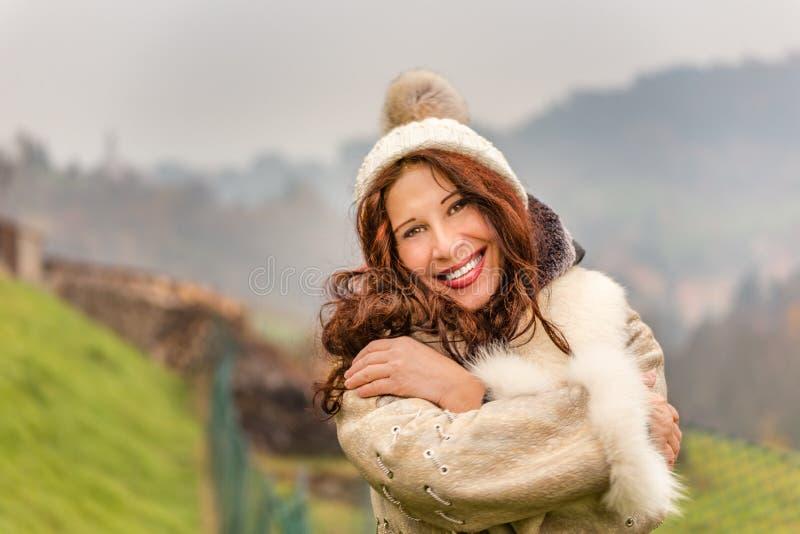 Przytulenie kobieta w zimy odzieży obrazy stock