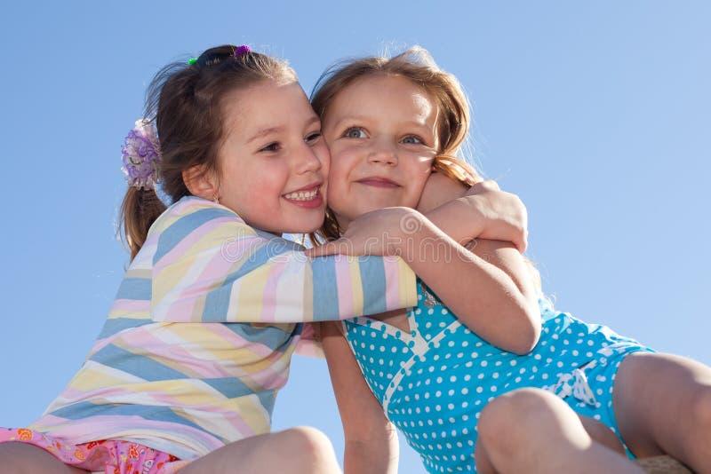 przytulenie szczęśliwi dzieciaki zdjęcia stock
