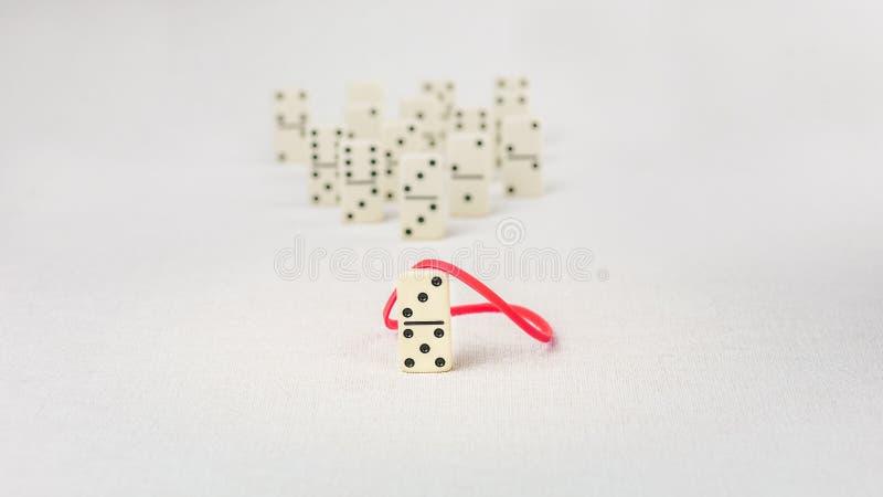 Przywódctwo pojęcie Główna domino postać z czerwonym faborkiem reprezentuje ważnego osoby prowadzenia dalszy rzeczy sukces obrazy stock