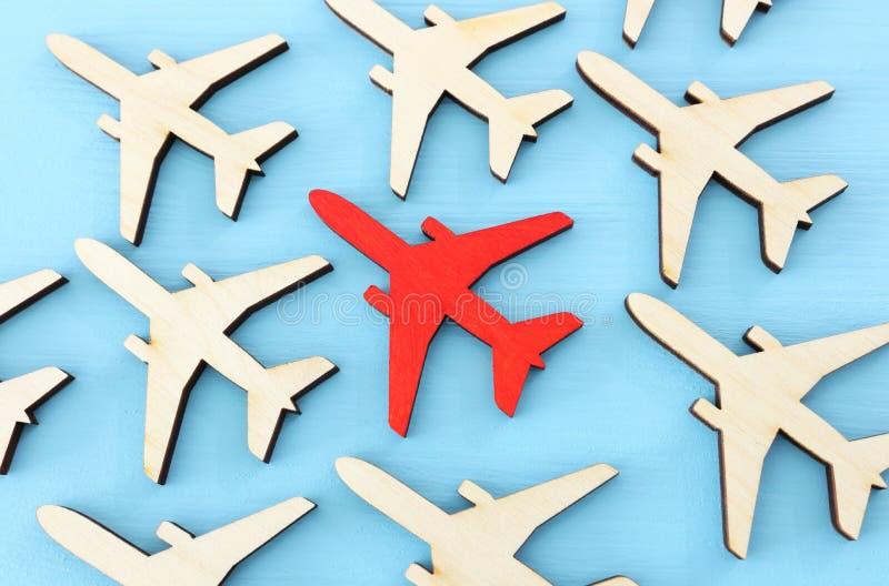 Przywódctwo pojęcie z samolotami na błękitnym drewnianym tle Jeden czerwony lider flays naprzód inny obrazy royalty free