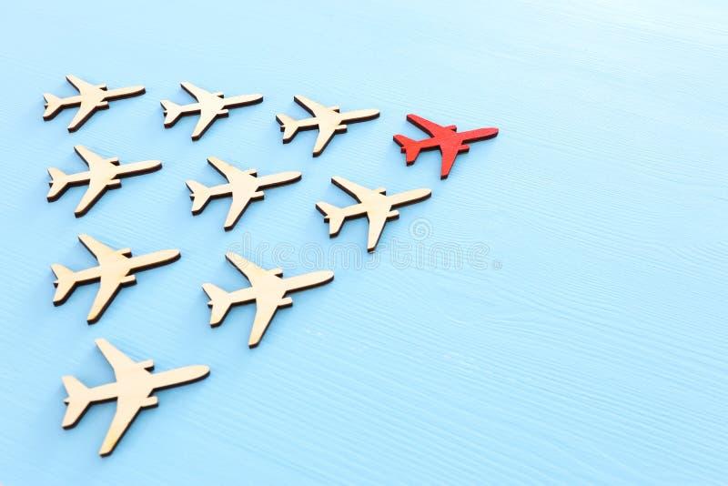 Przywódctwo pojęcie z samolotami na błękitnym drewnianym tle Jeden czerwony lider flays naprzód inny zdjęcia stock