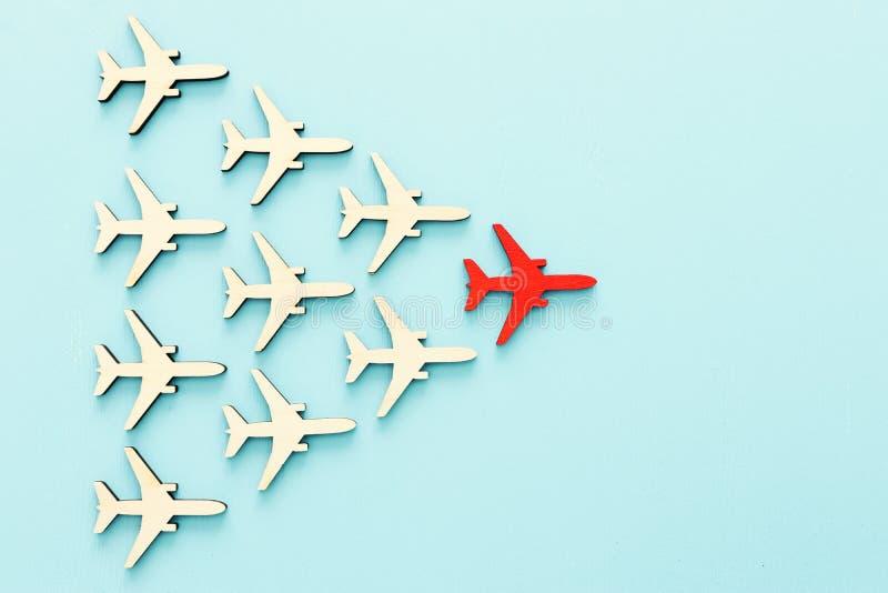 Przywódctwo pojęcie z samolotami na błękitnym drewnianym tle Jeden czerwony lider flays naprzód inny zdjęcie stock