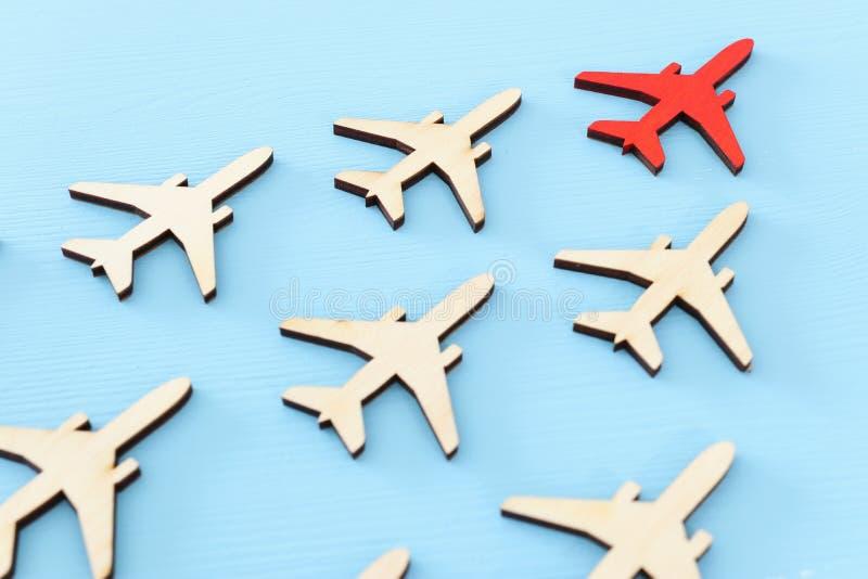 Przywódctwo pojęcie z samolotami na błękitnym drewnianym tle Jeden czerwony lider flays naprzód inny fotografia royalty free