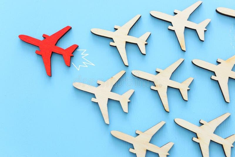 Przywódctwo pojęcie z samolotami na błękitnym drewnianym tle Jeden czerwony lider flays naprzód inny zdjęcie royalty free