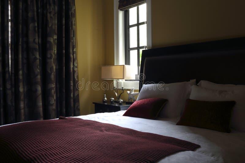 Przyzwoicie amerykanin w mistrzowskiej sypialni obraz royalty free