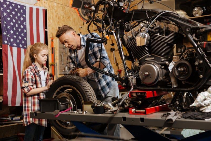 Przyzwoicie repairman klaruje niektóre rzeczy dla jego córki obrazy stock