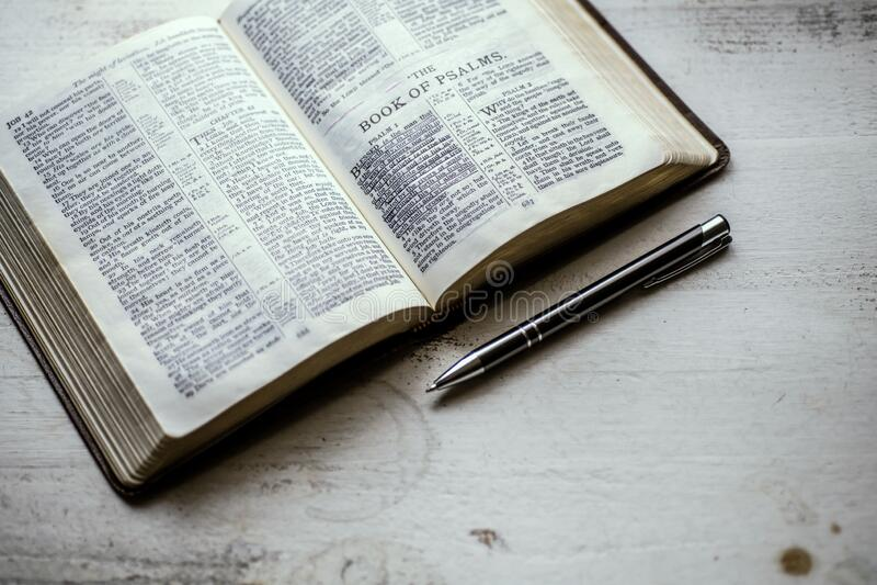 Psalmenbuch über Weiß stockbild