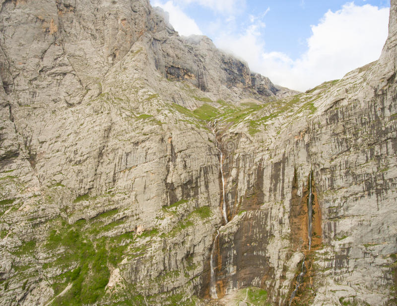Pshehsky-Wasserfall oder Vodopadisty-Nebenfluss kaukasus lizenzfreie stockbilder