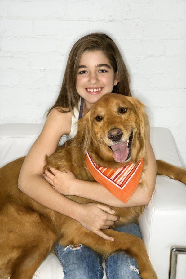 psi nastolatków samica gospodarstwa zdjęcie stock