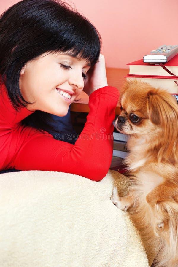 psia dziewczyna jej dom obraz stock
