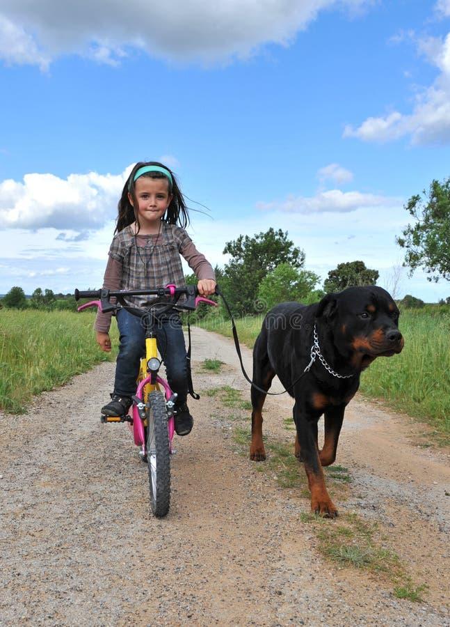 psia dziewczyna jej mały zdjęcie stock