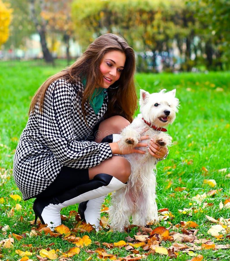 psia dziewczyna ona bawić się potomstwa obrazy stock