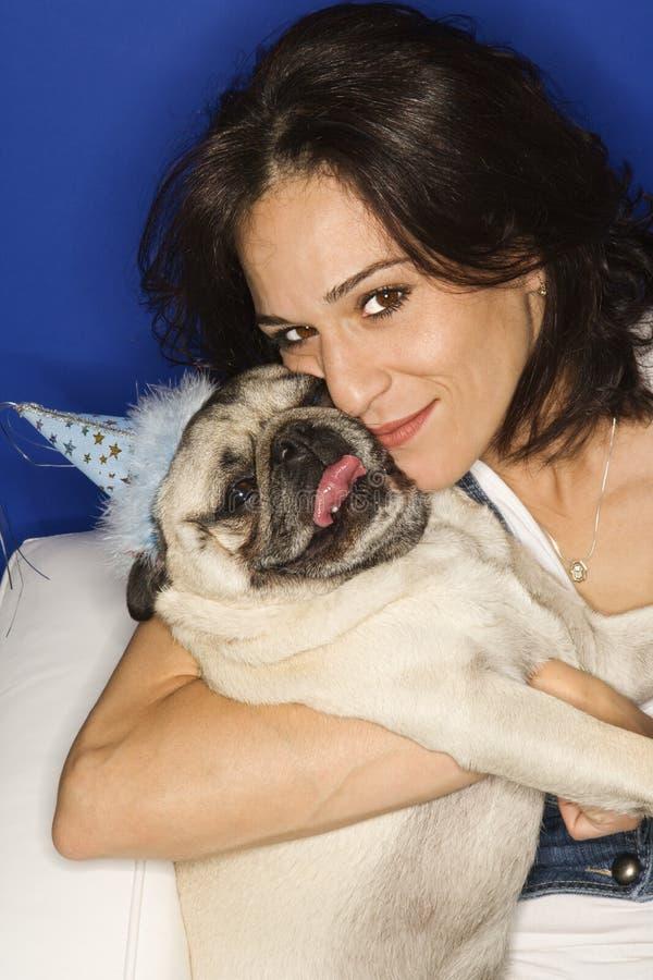 psia gospodarstwa kobieta mopsa obrazy royalty free