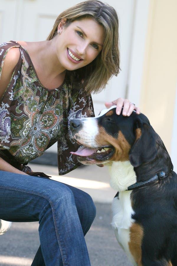 psia wspaniała halna szwajcarska kobieta zdjęcie royalty free