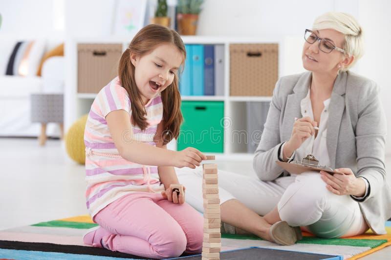 Psicólogo da criança e menina da escola imagens de stock