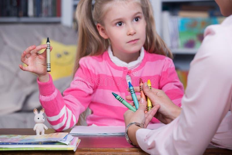 Psicólogo del niño con una niña imagenes de archivo