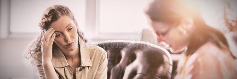 Psicólogo Having Session com seu paciente imagem de stock