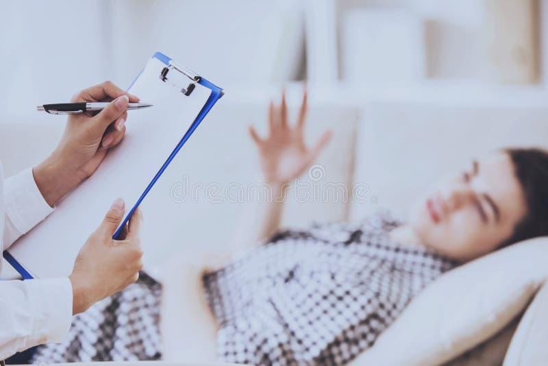 Psicólogo Having Session con su paciente fotografía de archivo libre de regalías