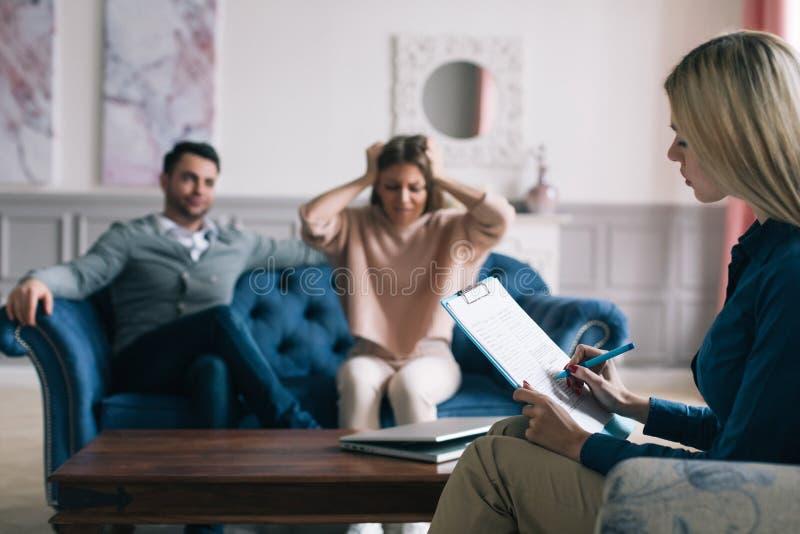 Psicólogo profissional que conduz uma consulta imagem de stock royalty free