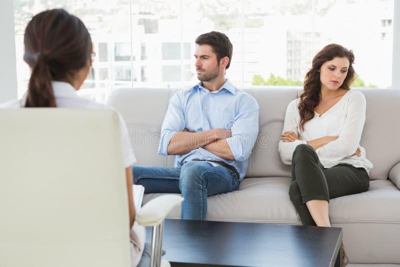 Psicólogo que ajuda um par com dificuldades do relacionamento foto de stock royalty free