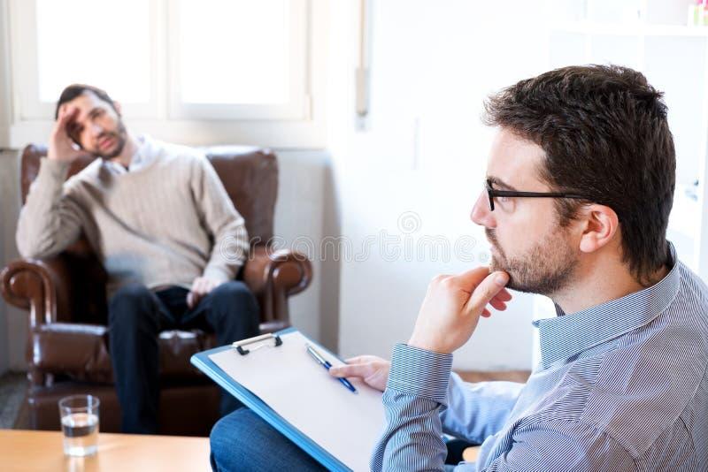 Psicólogo que toma notas durante la sesión fotografía de archivo