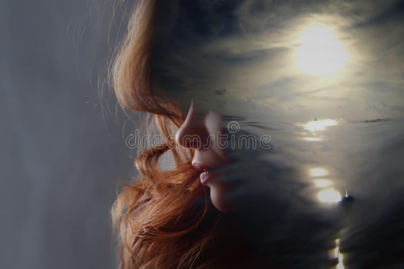 Psican?lise e medita??o, conceito Perfil de uma jovem mulher e de um por do sol sobre o oceano, a calma e a sa?de mental imagens de stock