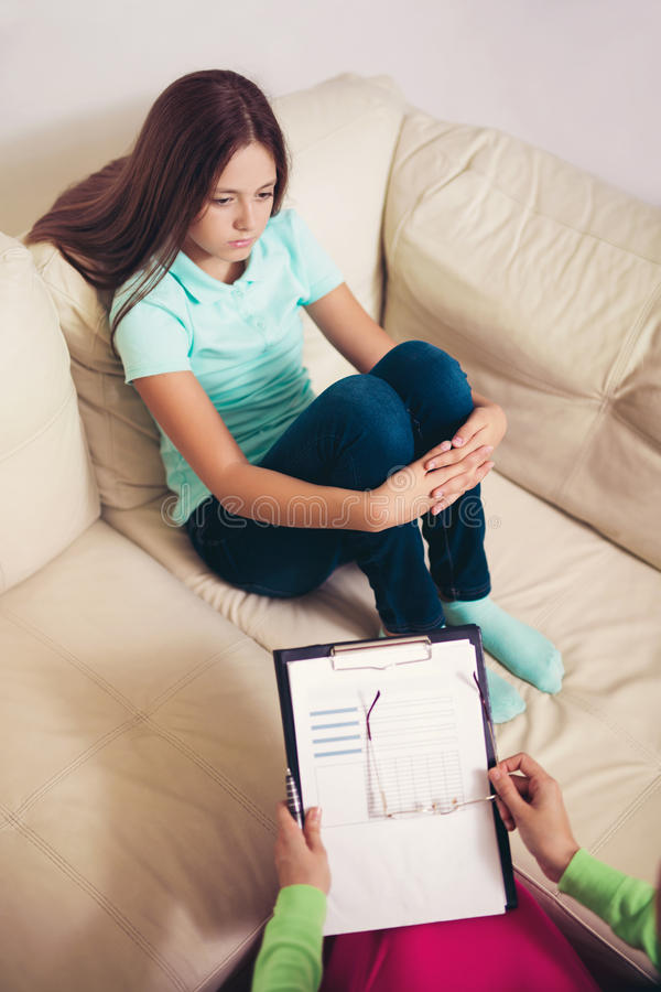 Psichiatra che diagnostica adolescente con il problema mentale immagini stock libere da diritti