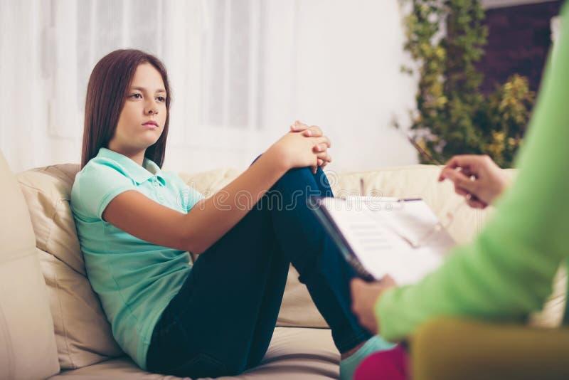 Psichiatra che diagnostica adolescente con il problema mentale immagini stock