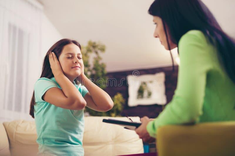 Psichiatra che diagnostica adolescente con il problema mentale fotografie stock