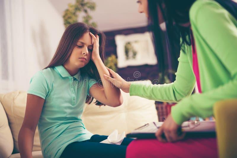 Psichiatra che diagnostica adolescente con il problema mentale fotografia stock
