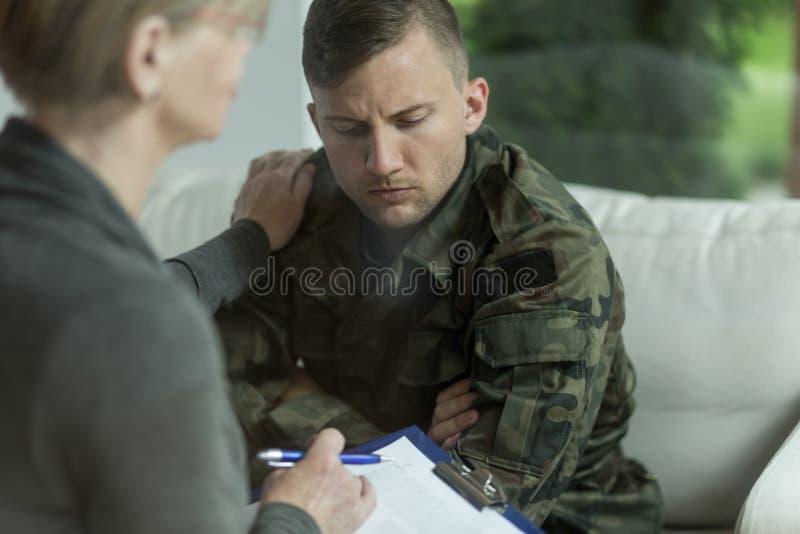 Psichiatra e militare di disperazione fotografia stock