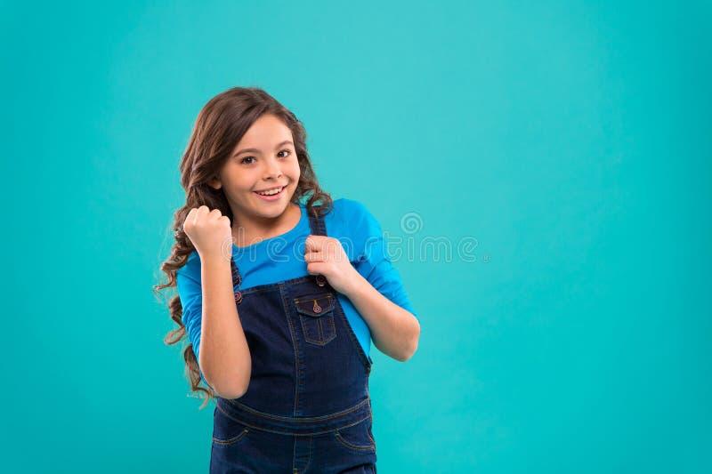 Psicologia e desenvolvimento de criança Vencedor feliz Criança feliz bem sucedida Consiga o sucesso A criança alegre comemora a v fotografia de stock royalty free