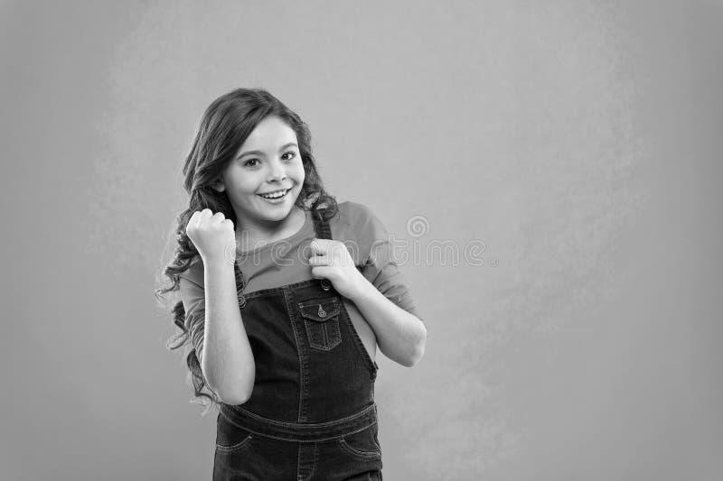 Psicologia infantile e sviluppo Vincitore felice Riuscito bambino felice Realizzi il successo Il bambino allegro celebra la vitto fotografie stock