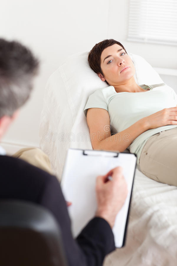 Psicologo che comunica con paziente femminile triste fotografia stock