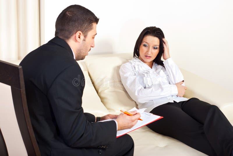 Psicologo che dà prescrizione alla donna immagini stock