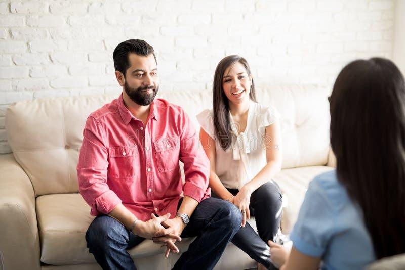 Psicologo di visita delle coppie per consultazione immagini stock libere da diritti
