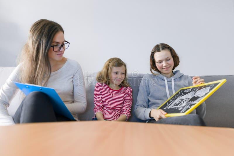 Psicologo professionista del bambino che lavora con la famiglia fotografie stock