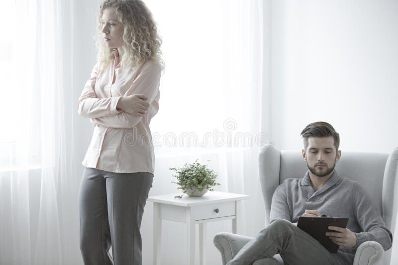Psicoterapeuta e donna nervosa fotografie stock libere da diritti