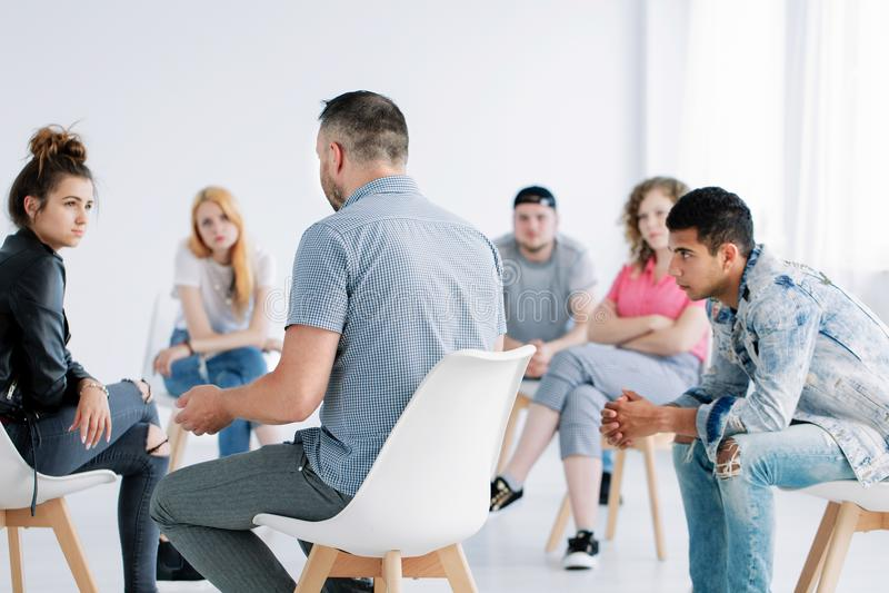 Psicoterapia do grupo para adolescentes imagens de stock royalty free