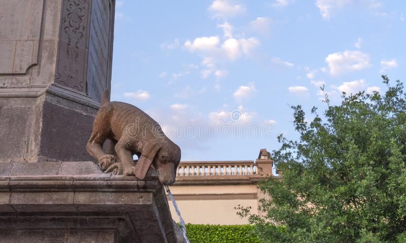 Psiej kamiennej statuy wodna fontanna zdjęcie stock