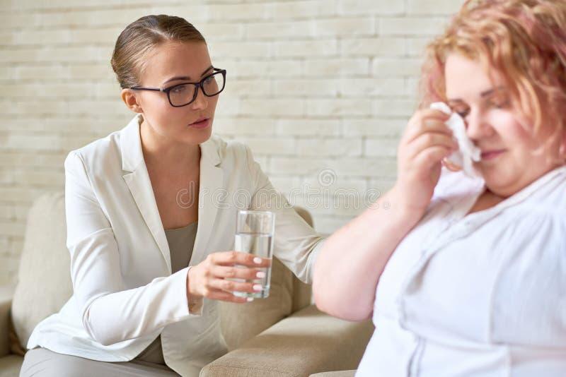 Psiquiatra fêmea de suporte Helping Crying Patient fotos de stock royalty free