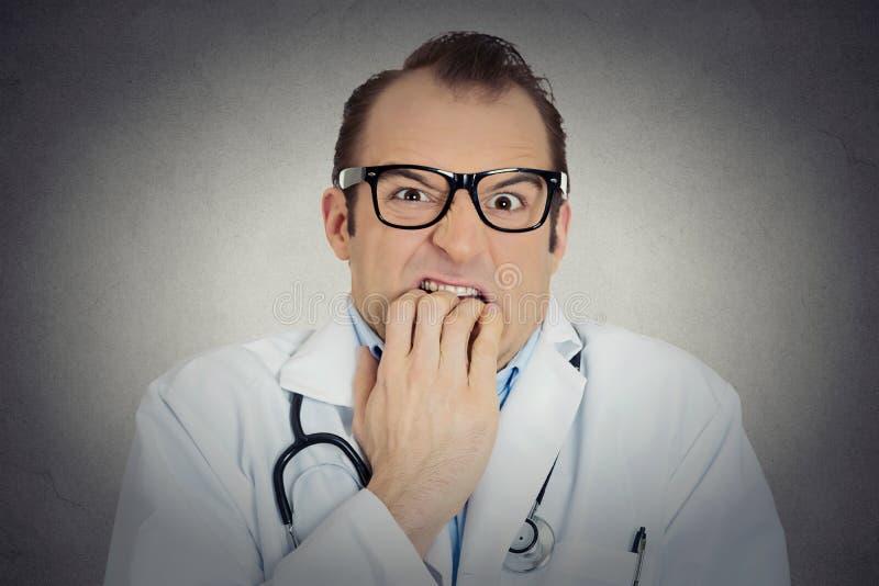 Psiquiatra incerto do doutor masculino incerto, louco com vidros fotos de stock royalty free